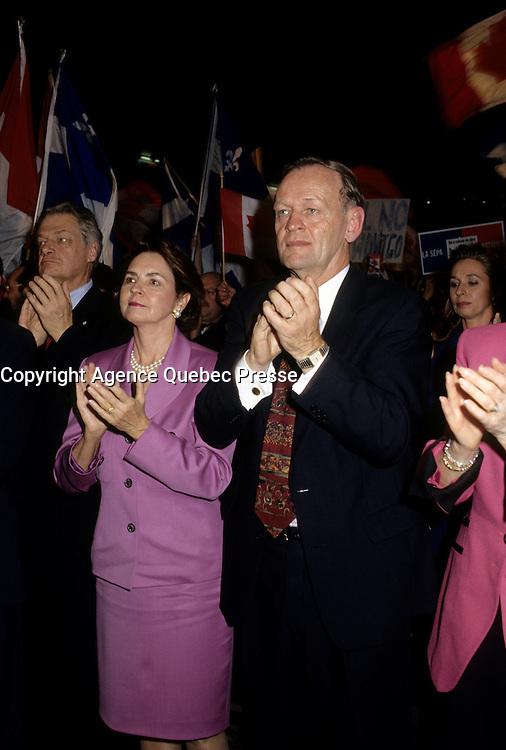 FILE PHOTO : Jean Chretien et son &eacute;pouse durant le r&eacute;f&eacute;rendum de 1995.<br /> <br /> PHOTO : Pierre Roussel -  Agence Quebec Presse