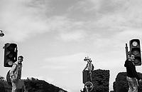 Paris (&icirc;le de france)<br /> <br /> Trois jeunes hommes debout sur des feux de signalisation en attendant le d&eacute;fil&eacute; de la techno parade.<br /> <br /> Three young men standing on the traffic lights waiting for the parade techno parade