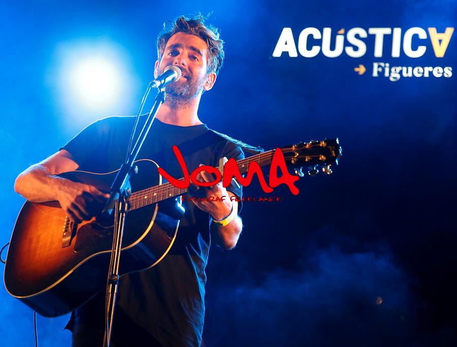 Joan Dausa singing in acustica festival in Figueres