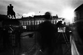 16.04.2010 Warsaw, Poland..TV crew at the front of the presidential palace in Warsaw April 15, 2010.Photo: Maciej Jeziorek/Napo Images..16.04.2010 Warszawa, Polska..Krakowskie Przedmiescie. Ekipa telewizyjna przed  Palacem Prezydenckim..fot. Maciej Jeziorek/Napo Images.