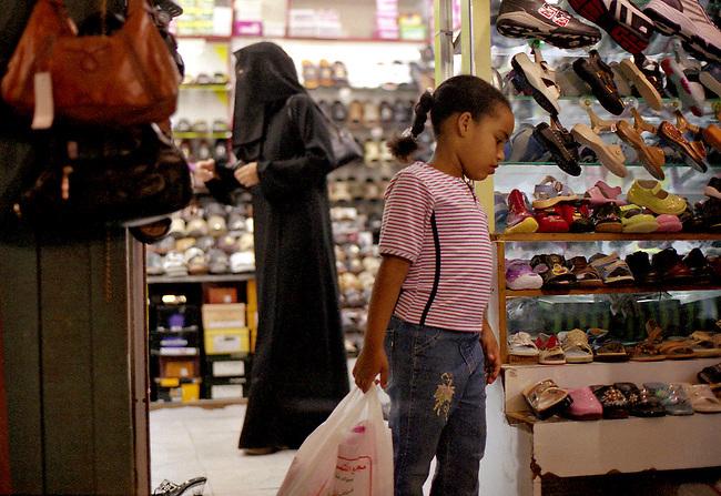 Qatar, ville de Doha. Une boutique de chaussures dans les souks de Waqif. *** State of Qatar, City of Doha, Waqif market (Waqif souq), shoes shop, portrait.