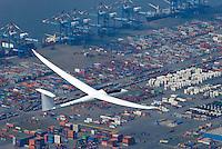 Containerhafen: EUROPA, DEUTSCHLAND, NIESDERSACHSEN, BREMERHAVEN, (EUROPE, GERMANY), 2.05.2008: Diskus 2 18 t, Segelflug, Ausbau, Bau, Baustelle, Bremerhaven, Container, Containerlager, Containerschiff, Containerterminal, CT, CT4, Deutschland, Erweiterung, Europa, Export, exportieren, Fahrzeuge, Fracht, Gewaesser, Globalisierung, Gueter, Gut, Hafen, Hafenanlagen, Hafenwirtschaft, Handel, IIIa, Import, importieren, Kai, Kaimauer, Konjunktur, Ladung, Lager, lagern, Logistik, Luftaufnahme, Luftbild, Maersk, Mobilitaet, Panorama, Schiffahrt, Schifffahrt, Schiffsladung, Sealand, Seefahrt, Totale, Transport, transportieren, Ueberblick, Uebersicht, Umschlag, Verladearbeiten, Verladefahrzeuge, Verladekraene, Verladung, verschiffen, Verschiffung, Warenumschlag, Wasser, Wassertransport, Weltwirtschaft, Weser, Wesermuendung, Wirtschaft, Aufwind-Luftbilder.c o p y r i g h t : A U F W I N D - L U F T B I L D E R . de.G e r t r u d - B a e u m e r - S t i e g 1 0 2, 2 1 0 3 5 H a m b u r g , G e r m a n y P h o n e + 4 9 (0) 1 7 1 - 6 8 6 6 0 6 9 E m a i l H w e i 1 @ a o l . c o m w w w . a u f w i n d - l u f t b i l d e r . d e.K o n t o : P o s t b a n k H a m b u r g .B l z : 2 0 0 1 0 0 2 0  K o n t o : 5 8 3 6 5 7 2 0 9.C o p y r i g h t n u r f u e r j o u r n a l i s t i s c h Z w e c k e, keine P e r s o e n l i c h ke i t s r e c h t e v o r h a n d e n, V e r o e f f e n t l i c h u n g n u r m i t H o n o r a r n a c h M F M, N a m e n s n e n n u n g u n d B e l e g e x e m p l a r !.