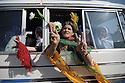 Iraq 2009 .Iraqi Kurds drive to the border with Turkey to show their support of 8 PKK guerillas on a peace march into Turkey..Irak 2009 .Des femmes, sympathisantesdu PKK, dans un minibus en route pour la frontiere turque..
