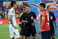 MEDELLIN -COLOMBIA-4-OCTUBRE-2014. Felipe Aguilar (Izq) capitan de Alianza Petrolera , Ramiro Suarez arbitro central y German Cano capitan del Independiente Medellin durante el sorteo de campo. / Felipe Aguilar (L) captain of the Alianza Petrolera , Ramiro Suarez  center referee and German Cano captain of Independiente Medellin during the draw field .Accion de juego entre los equipos  Independiente Medellin  contra Alianza Petrolera , partido de la treceava fecha de La Liga Postobon   realizado en el estadio Atanasio Girardot de Medell'n./  Action game between teams against Independiente Medellin  and Alianza Petrolera  party date of the thirteenth Postobon League held at the Atanasio Girardot stadium in Medellin. Photo: VizzorImage / Luis R'os / STR
