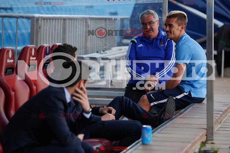 Atletico de Madrid´s Griezmann speaks with his former team mates from Real Sociedad before the match at Vicente Calderon stadium in Madrid, Spain. April 07, 2015. (ALTERPHOTOS/Victor Blanco) /NORTEphoto.com