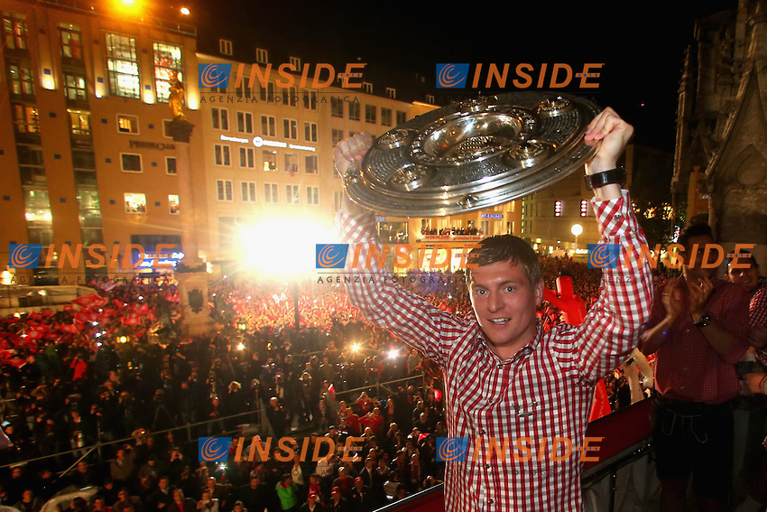 10.05.2014, Marienplatz, Muenchen, GER, 1. FBL, FC Bayern Muenchen Meisterfeier, im Bild Toni Kroos of Bayern Muenchen celebrates winning the German championship title Toni Kroos, // during official Championsparty of Bayern Munich at the Marienplatz in Muenchen, Germany on 2014/05/11. EXPA Pictures &copy; 2014, PhotoCredit: EXPA/ Eibner-Pressefoto/ EIBNER<br /> <br /> *****ATTENTION - OUT of GER***** <br /> Football Calcio 2013/2014<br /> Bundesliga 2013/2014 Bayern Campione Festeggiamenti <br /> Foto Expa / Insidefoto
