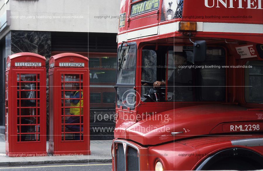 Great Britain London, red British telecom telephone cabin and double decker bus / England, London, roter Doppeldeckerbus und rote Telefonzelle der British Telecom
