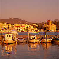 Greece, Attica, Saronic Islands, Aegina: harbour and main town of the Saronic Island Aegina in the Saronic Gulf, which is part of the Aegean Sea, at sunset | Griechenland, Attika, Saronische Inseln, Aegina: Hafen und Hauptort der gleichnamigen Insel im Saronischen Golf, einem Teil der Aegaeis, bei Sonnenuntergang