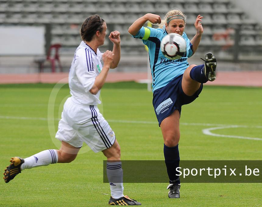 15 Mei 2010 Bekerfinale vrouwen : Sinaai Girls - RSC Anderlecht  : Katrien Van Rooy aan de bal.foto DAVID CATRY / Vrouwenteam.be