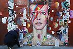 *BRAZIL ONLY* ATENÇÃO EDITOR, FOTO EMBARGADA PARA VEÍCULOS INTERNACIONAIS*  wenn33543145   Fãs de David Bowie deixam flores e mensagens no Memorial Bowie Brixton, para relembrar o músico inglês no seu segundo aniversário de morte, neste domingo (7), em Londres. Foto: Wenn/Framephoto