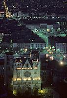 Europe/France/Rhône-Alpes/69/Rhône/Lyon: L'église primatiale Saint-Jean (Gothique), le pont Bonaparte et la place Bellecour - Vue nocturne