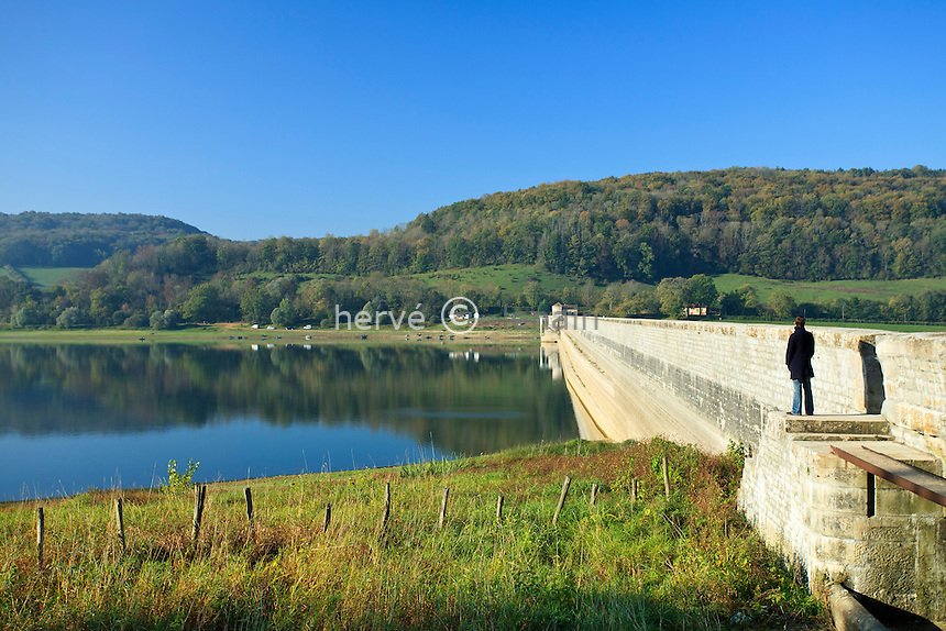 France, Côte d'Or (21), Grosbois-en-Montagne, digue du Réservoir de Grosbois qui alimente le canal de Bourgogne // France, Cote d'Or, Grosbois en Montagne, Reservoir de Grosbois (water tank of Grosbois) which feeds the Burgundy canal