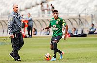 BELO HORIZONTE, MINAS GERAIS, 22 DE ABRIL 2013 - TREINO SELEÇÃO BRASILEIRA DE FUTEBOL - Neymar (D) e Luiz Felipe Scolari da seleção brasileira de futebol durante sessão de treinamento na Minas Arena (Mineirão), na tarde desta terça-feira, 22. Amanhã o Brasil enfrenta o Chile no mesmo local. FOTO: WILLIAM VOLCOV / BRAZIL PHOTO PRESS.