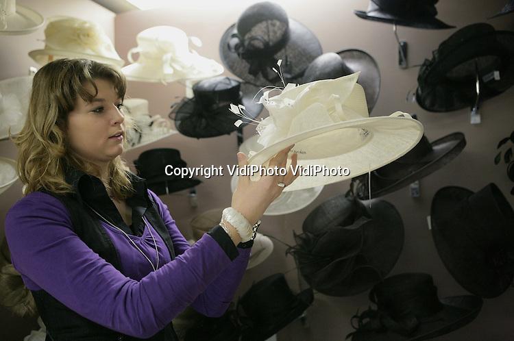 Foto: VidiPhoto..KESTEREN - Portret van Carola van Beek in de hoedenwinkel Belvon in Kesteren. .