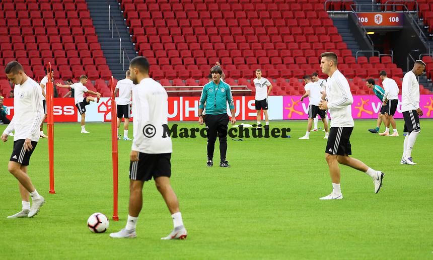 Bundestrainer Joachim Loew (Deutschland Germany) beobachtet das Training - 12.10.2018: Abschlusstraining der Deutschen Nationalmannschaft vor dem UEFA Nations League Spiel gegen die Niederlande