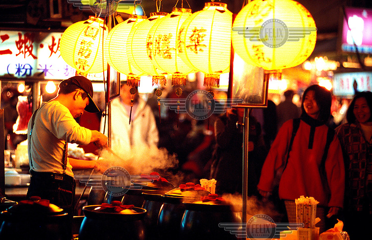 ©Chris Stowers/Panos Pictures..Night market food stall in Kaohsiung, southern Taiwan.