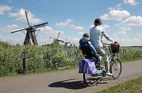 Moeder  met kind op de fiets in Kinderdijk