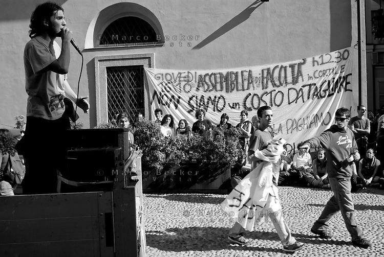 milano, assemblea degli studenti alla facoltà di scienze politiche contro la riforma dell'istruzione --- milan, student assembly at the faculty of political science against the school reform