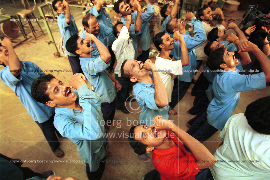 INDIA Mumbai Bombay, people practise laughter yoga in laughter club / INDIEN Mumbai Bombay, Menschen beim Lachyoga in einem Lachclub