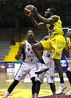 BOGOTA -COLOMBIA, 6-MARZO-2015. Brandon Britt de Bucaros en accion contra Guerreros de Bogota durante partido de la quinta fecha de la Liga DIRECTV de baloncesto 2015 jugado en el coliseo el Salitre .Guerreros se impuso 92-87 a Bucaros. / Brandon Britt  of Bucaros in action against Guerreros of Bogota during  game of  the fifth round of the liga  DIRECTV 2015 of Basketball  played at the Coliseum Salitre .Guerreros won 92-87 to Bucaros . Photo / VizzorImage / Felipe Caicedo  / Staff