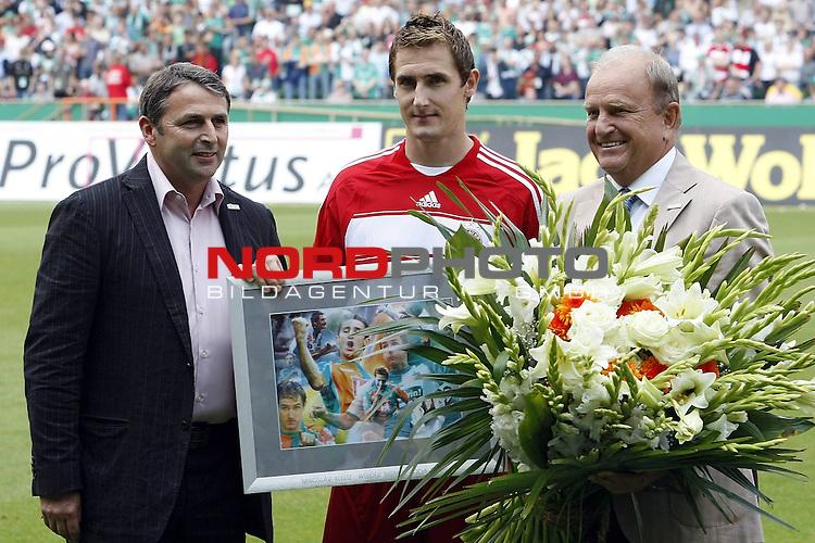 FBL 07/08 HInrunde 2. Spieltag<br /> <br /> SV Werder Bremen - Bayern Muenchen<br /> Miroslav Klose (Bayern #18) wird von Klaus Allofs  (Gesch&auml;ftsf&uuml;hrer Profifu&szlig;ball) und J&uuml;rgen L. Born (Vorsitzender der Gesch&auml;ftsf&uuml;hrung und Gesch&auml;ftsf&uuml;hrer Finanzen und &Ouml;ffentlichkeitsarbeit) vor dem Spiel verabschiedet<br /> <br /> Foto:&copy; nph (nordphoto) <br /> <br /> <br /> <br />  *** Local Caption ***