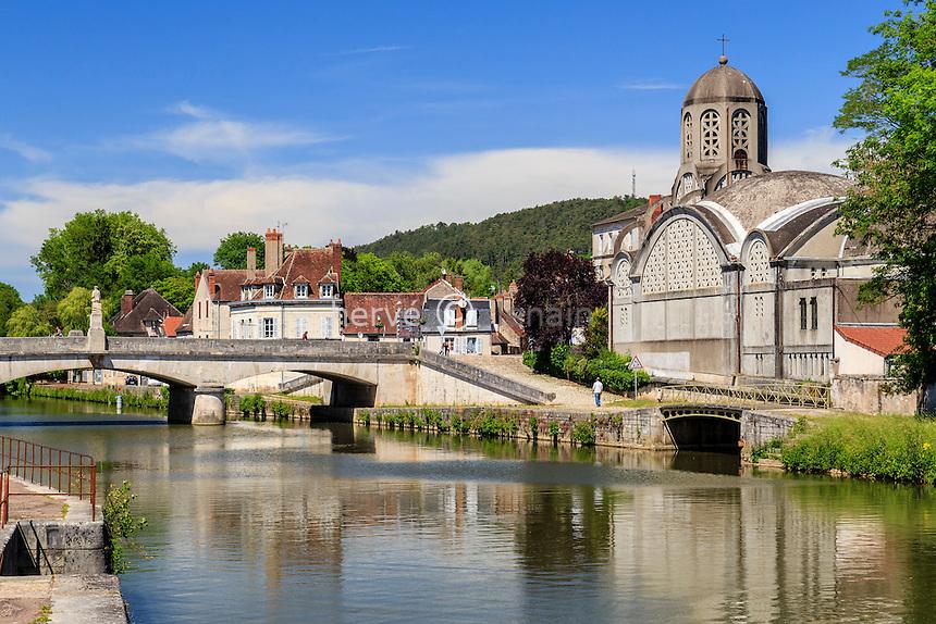 France, Nièvre (58), Clamecy, église Notre-Dame-de-Bethléem et pont sur l'Yonne // France, Nievre, Clamecy, the Yonne river, right Notre Dame de Bethleem church