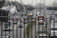 SÃO PAULO, SP, 28 JANEIRO DE 2013  - TRANSITO SP - Motorista enfrenta congestionamento pna marginal Tietê sentido Rod Castelo Branco, na altura da Ponte da Casa verde, na manhã dessa segunda-feira, 28, zona central da capital - FOTO: LOLA OLIVEIRA - BRAZIL PHOTO PRESS