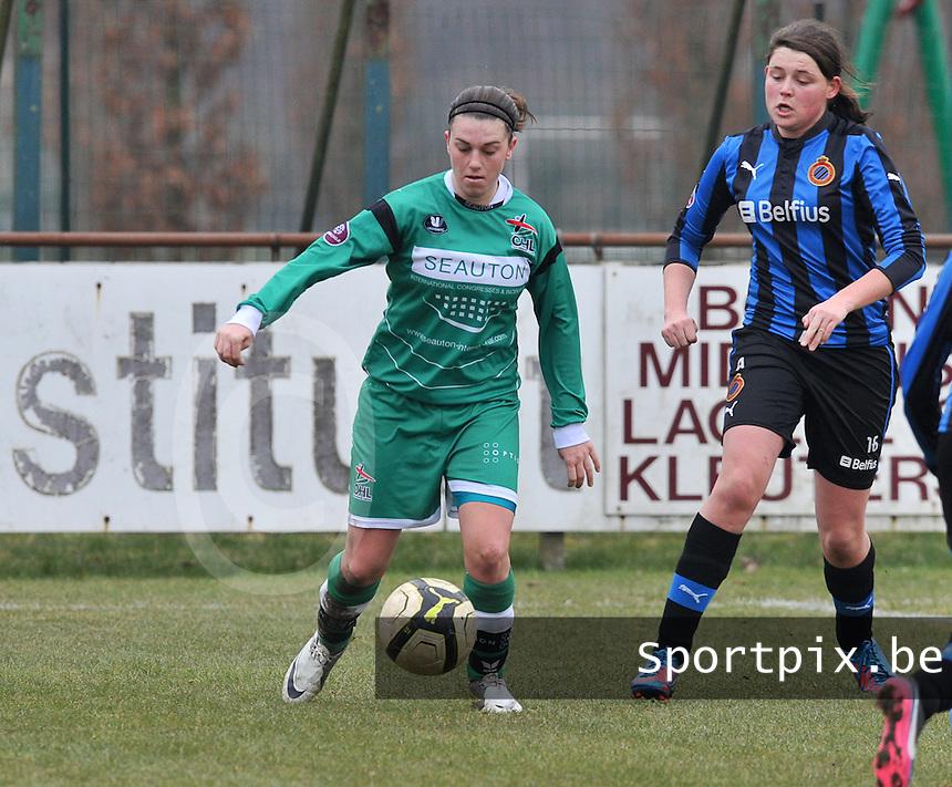 Club Brugge Dames - OHL Oud Heverlee Leuven : Femke Houben aan de bal voor Sofie Huyghebaert.foto DAVID CATRY / Vrouwenteam.be
