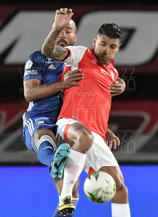 BOGOTA - COLOMBIA, 07-09-2019: Jefferson Duque del Santa Fe disputa el balón con Luis Payares de Millonarios durante partido entre Independiente Santa Fe y Millonarios por la fecha 10 de la Liga Águila II 2019 jugado en el estadio Nemesio Camacho El Campín de la ciudad de Bogotá. / Jefferson Duque of Santa Fe vies for the ball with Luis Payares of Millonarios during match between Independiente Santa Fe and Millonarios for the date 10 as part of the Aguila League II 2019 played at Nemesio Camacho El Campín stadium in Bogota city. Photo: VizzorImage / Gabriel Aponte / Staff