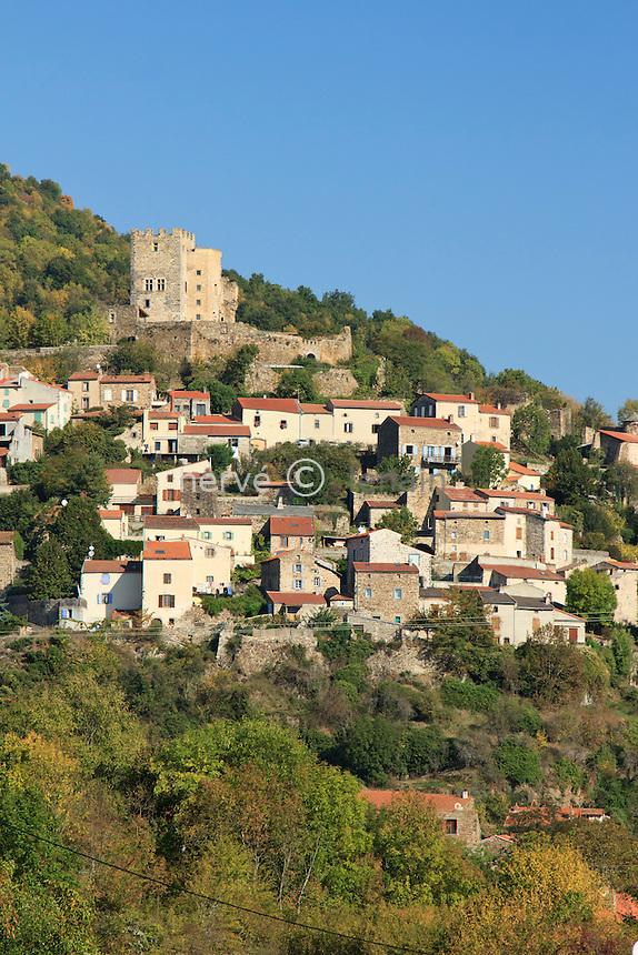 France, Puy-de-Dôme (63), Montaigut-le-Blanc, le village perché sur un éperon granitique // France, Puy de Dome, Montaigut le Blanc, the village perched