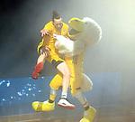 10.05.2019, Mercedes Benz Arena, Berlin, GER, ALBA BERLIN vs.  Eisbaeren Bremerhaven, <br /> im Bild Dennis Clifford (ALBA Berlin #33),ALBA-Maskottchen<br />      <br /> Foto © nordphoto / Engler