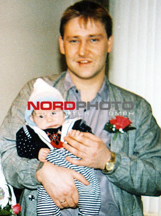 Mordfall Christina Nytsch<br /> Haertere Strafen fuer Kindermoerder - Im April 1998 wurde Christina Nytsch von Ronnie Rieken entfuehrt, misshandelt und anschliessend getoetet. Zuvor hatte er schon Ulrike Evers das selbe Leid angetan. Eine lange Suchaktion sowie eine Speichelprobe ueberfuehrten den Taeter. Eine ganze Region trauerte um die kleine Nelly. Rieken war zuvor schon einmal wegen Missbrauch verurteilt worden.<br /> <br /> [Foto ł nordphoto -  Foto ist honorarpflichtig!  7 % MwSt. Belegexemplar erforderlich - (Dig.Fotografie)<br /> Georg-Reinke-Strasse 1; 49377 Vechta