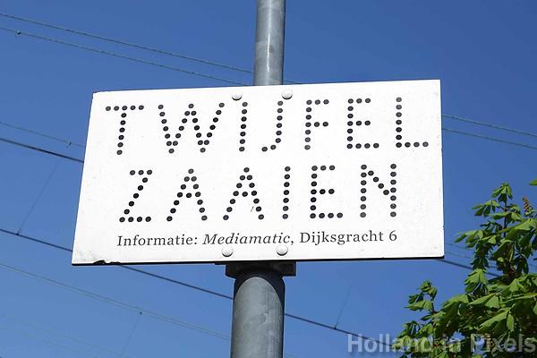 Nederland - Amsterdam-  21 april 2018.   Bord bij Mediamatic. Twijfel Zaaien. Foto Berlinda van Dam / Hollandse Hoogte