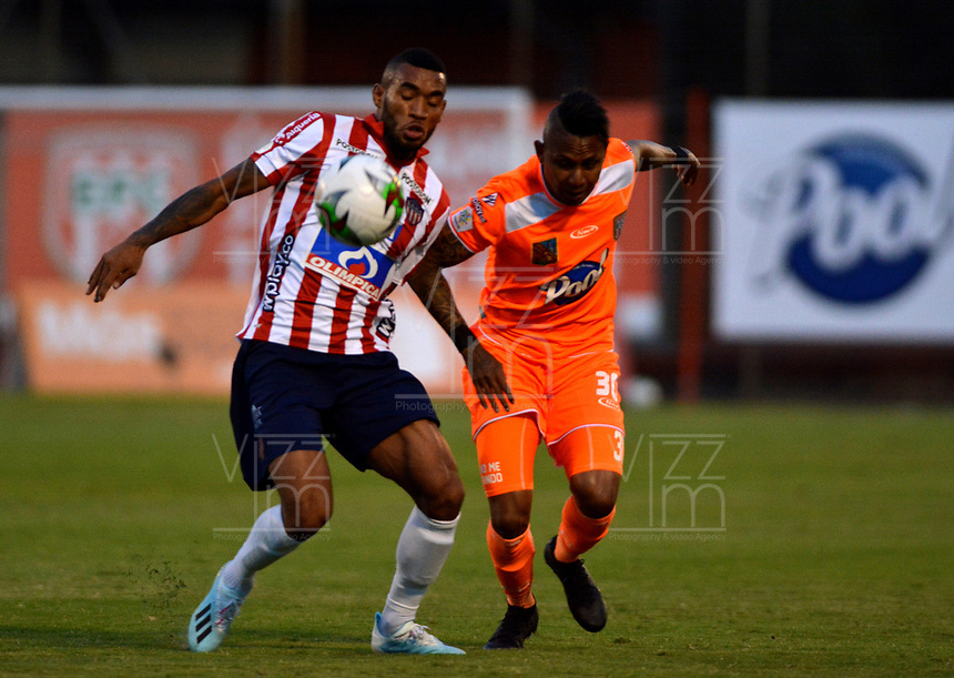 ENVIGADO - COLOMBIA, 21-08-2019: Arley Rodríguez de Envigado F. C. y Fredy Hinestroza de Atlético Junior disputan el balón durante partido entre Envigado F. C. y Atlético Junior de la fecha 8 por la Liga Águila II 2019, en el estadio Polideportivo Sur de la ciudad de Envigado. / Arley Rodriguez of Envigado F. C. and Fredy Hinestroza of Atletico Junior fight for the ball, during a match between Envigado F. C. and Atletico Junior of the 8th date for the Aguila Leguaje II 2019 at the Polideportivo Sur stadium in Envigado city. Photo: VizzorImage / León Monsalve / Cont.