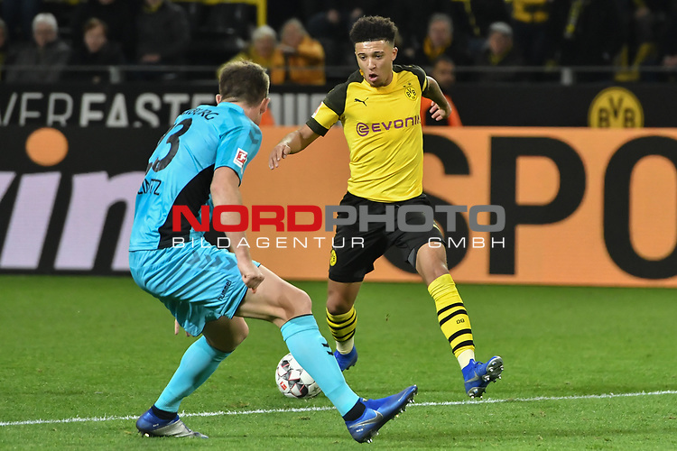01.12.2018, Signal Iduna Park, Dortmund, GER, DFL, BL, Borussia Dortmund vs SC Freiburg, DFL regulations prohibit any use of photographs as image sequences and/or quasi-video<br /> <br /> im Bild v. li. im Zweikampf Dominique Heintz (#23, SC Freiburg)  Jadon Sancho (#7, Borussia Dortmund) <br /> <br /> Foto © nordphoto/Mauelshagen