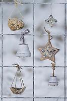 Futtergitter für Vögel, Vogelfutter-Spalier, Vogelfutter-Gitter, Selbstgemachtes Vogelfutter, Vogelfütterung, Fütterung, Fettfuttermischung, Fettfutter, Meisenknödel, Erdnusskette, Erdnüsse, Erdnusskette, Erdnussring, Erdnuß, Vogelfutterspalier, Vogelfuttergitter, Winterfütterung, bird's feeding. Adventskalender für Vögel, Advent, Weihnachten für Vögel