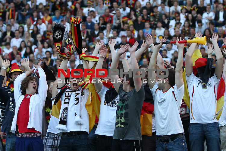 23.06.2010, Olympiapark, Muenchen, GER, FIFA Worldcup, Puplic Viewing Ghana vs Deutschland  im Bild feiernde Fans , Foto: nph /  Straubmeier