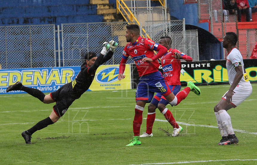 PASTO -COLOMBIA, 18-03-2017. Santiago Trellez del Pasto cabercea el balón para notar un gol frente  a German M. Caffa arquero de Cortulua durante el encuentro entre Deportivo Pasto y Cortuluá por la fecha 10 de la Liga Águila I 2017 jugado en el estadio La Libertad de Pasto. / Santiago Trellez player of pasto header the ball to score a goal in font of German M. Caffa goalkeeper of Cortulua during the match between Deportivo Pasto and Cortulua for the date 10 of Aguila League I 2017 played at La Libertad stadium in Pasto. Photo: VizzorImage / Leonardo Castro / Cont