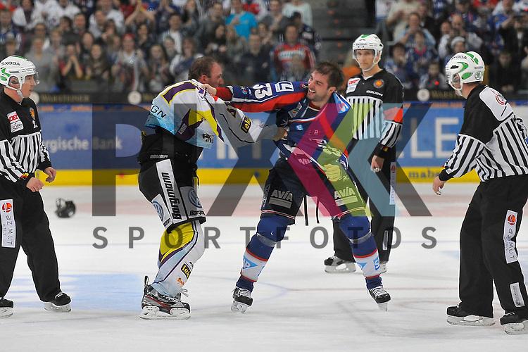 Faustkampf von Krefelds Roland Verwey (Nr.81) gegen Mannheims Janik Jr. Douglas (Nr.33) beim Spiel in der DEL, Adler Mannheim - Krefeld Pinguine.<br /> <br /> Foto &copy; Ice-Hockey-Picture-24 *** Foto ist honorarpflichtig! *** Auf Anfrage in hoeherer Qualitaet/Aufloesung. Belegexemplar erbeten. Veroeffentlichung ausschliesslich fuer journalistisch-publizistische Zwecke. For editorial use only.