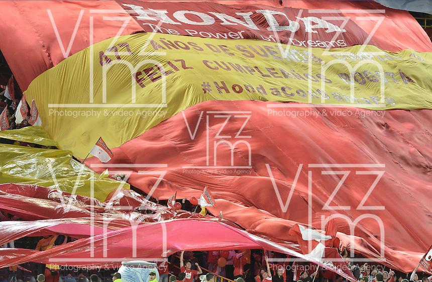 BOGOTÁ -COLOMBIA, 08-08-2015. Hinchas de Santa Fe extienden una bandera de su equipo durante el encuentro entre Independiente Santa Fe y Águilas Doradas por la fecha 5 de la Liga Aguila II 2015 jugado en el estadio Nemesio Camacho El Campín de la ciudad de Bogotá./ Fans of Santa Fe extend a flag of their team during the match between Independiente Santa Fe and Aguilas Doradas for the 5th date of the Aguila League II 2015 played at Nemesio Camacho El Campin stadium in Bogotá city. Photo: VizzorImage/ Gabriel Aponte / Staff