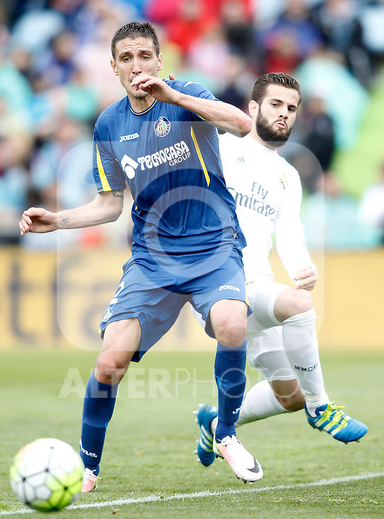Getafe's Stefan Scepovic (l) and Real Madrid's Nacho Fernandez during La Liga match. April 16,2016. (ALTERPHOTOS/Acero)