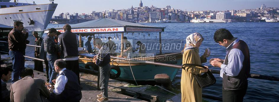 Europe/Turquie/Istanbul: Pêcheurs grillant du poisson au port d'Eminonu