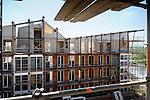 In Krimpen a/d IJssel werken medewerkers van de Nederlandse Bouw Unie uit Etten Leur aan de gevels van appartementencomplex Sequoia. Het complete door Inbo Architecten ontworpen nieuwbouwcomplex bestaat uit drie gebouwen die ruimte bieden aan 65 appartementen, en 9 zng Waterwoningen. Geheel in havenstijl zijn niet alleen de gevels maar eveneens de balkons in hout uitgevoerd. Het ontgraven van grond rondom zal de gebouwen in water plaatsen. Alle woningen zijn nog voor de opbouw verkocht..© Ton Borsboom.http://www.sequoia-krimpen.nl/.editorial; Nederland; Europa; bouwaannemer; bouwactiviteit; bouwaktiviteit; bouwbedrijf; bouwindustrie; bouwkosten; bouwlieden; bouwnijverheid; bouwonderneming; bouwplaats; bouwproject; bouwput; bouwsector; bouwterrein; bouwvakker; bouwvakkers; woningbouw; appartementen; koopwoning; hypotheek; luxe woning; nieuwbouw; huizen; huizenbouw; huis; architectuur; onder architectuur; steigers; ladder, zonnig, valgevaar