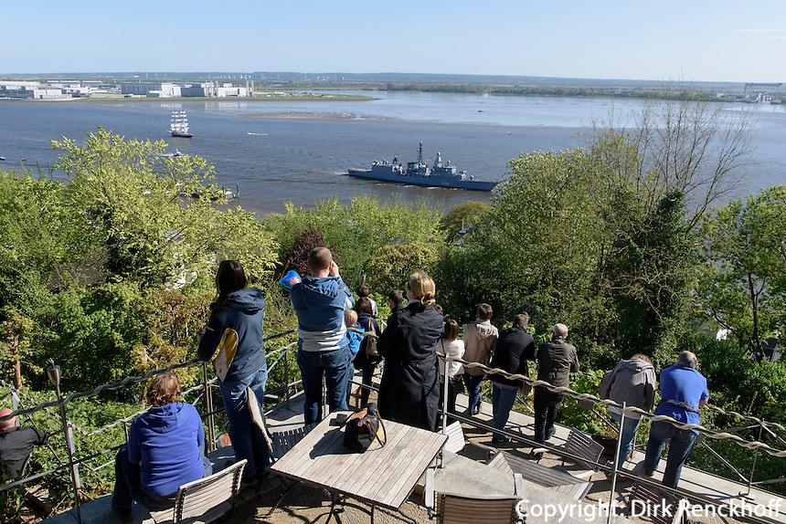 Auslaufparade beim Hafengeburtstag, Blick vom Süllberg-Restaurant auf die Elbe, Hamburg-Blankenese, Deutschland