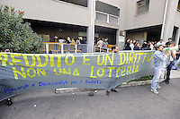 Roma, 30 Settembre 2009.Centro per l'impiego Cinecittà .Giovani precari volantinano davanti il centro per l'impiego contro i pochi finanziamenti sulla legge per il reddito minimo.Rome, 30 September 2009.Employment Centre Cinecittà.Young precarious flyer in front of the center for use against the few finance law for the minimum income