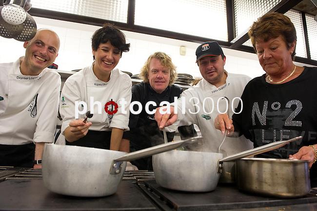 Daniel Lopez, Aizpea Oihaneder,  Kenneth Sillman, Felix Garrido y Kerstin Sillman durante el encuentro en jovenes cocineros vascos (Sukatalde) y cocineros suecos