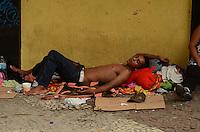 SÃO PAULO, SP, 02 DE FEVEREIRO DE 2012 - OCUPAÇÃO FLM SÃO JOÃO - Ex-moradores do prédio ocupado na esquina da Avenida Ipiranga com a Avenida São João, que foram retirados na manhã de hoje, ocupam trecho da calçada da Avenida São João, embaixo de uma marquise. Barracos estão sendo montados e os ex-moradores já organizam o espaço com divisões e até uma cozinha comunitária. FOTO: ALEXANDRE MOREIRA - NEWS FREE.