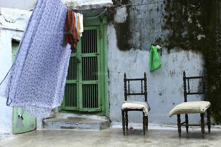 30.09.2008 Jamnagar(Gujarat)<br /> <br /> House of a family living in a temple.<br /> <br /> maison d' une famille vivant dans un temple.