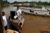 Travessia de balsa pelo Rio Meruú. para Igarapé Miri.<br /> Paulo Santos / InterfotoIgarapé <br /> Miri, Pará, Brasil.<br /> 21/06/2010.