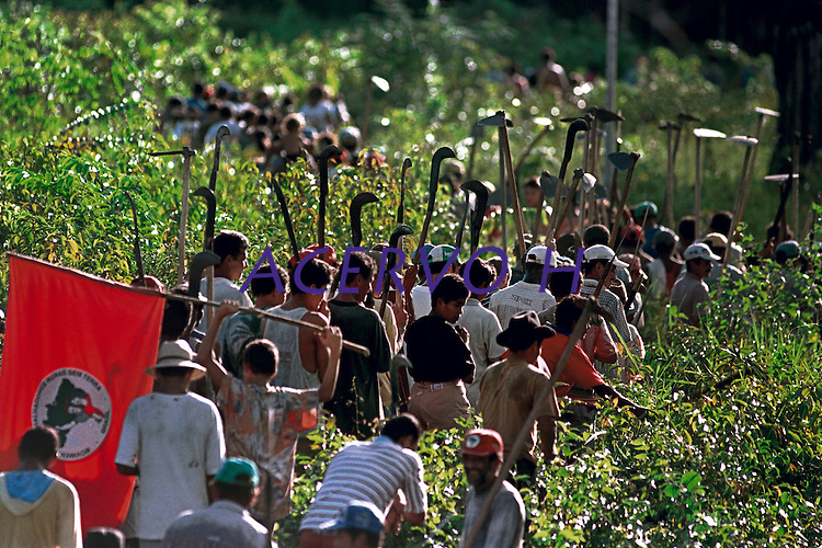 Integrantes do MST - Movimento dos Sem Terra - invadiram a fazenda Ch&bdquo;o de Estrelas de propridade do ent&bdquo;o senador Jader Barbalho. <br /> 06/01<br /> &copy;FOTO: Paulo Santos/ Interfoto<br /> Negativo N&int; 7905